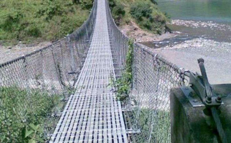 ठेकेदारको लापरबाहीले नौ झोलुङ्गे पुल अलपत्र
