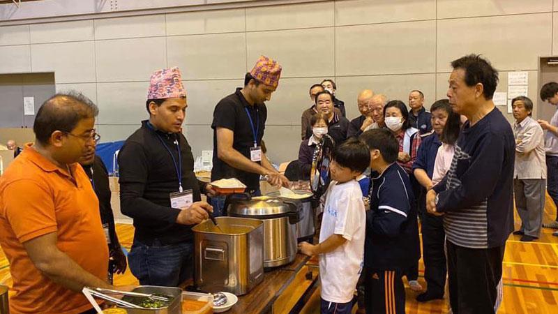एनआरएनए कान्साइले खुवायो ताइफु पीडित २०० घरधुरी जापानीलाई नेपाली खाना