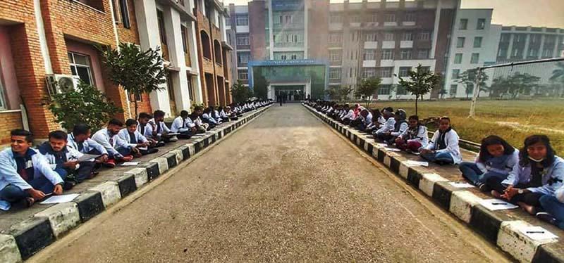 सरकारले मेडिकल कलेज सञ्चालककै पक्षपोषण गरेको भन्दै विद्यार्थीले गरे बोर्ड परीक्षा बहिष्कार