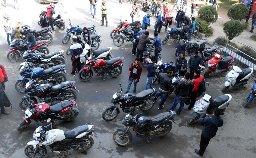 सिराहामा एकै दिनमा २७४ मोटरसाइकल प्रहरी नियन्त्रणमा