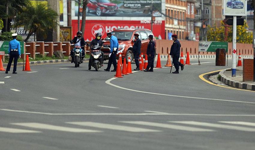 अब उपत्यकाबाट बाहिरिन पनि समस्या, काठमाडौं जिल्ला प्रशासनद्वारा सवारी पास बन्द गर्ने निर्णय