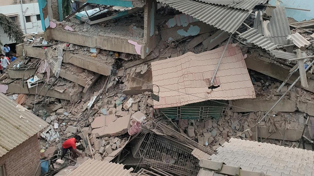 तीन तल्ले भवन भत्किँदा १० जनाको मृत्यु, उद्धारको काम जारी