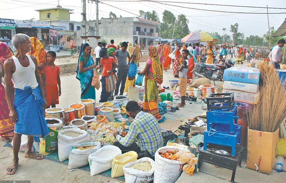 ग्रामीण बजारहरूमा पनि चाडपर्वको नाममा सडकमै व्यापार