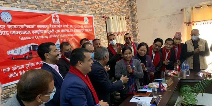 एनआरएनएद्धारा भरतपुर महानगरलाई 'रक्त संकलन घुम्ती बस' हस्तान्तरण