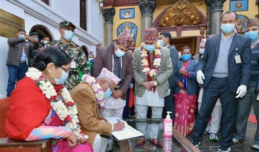 पुजाआजा पछि पशुपति मन्दिरमा प्रधानमन्त्री केपी शर्मा ओली । तस्बिर : प्रधानमन्त्रीको सचिवालयबाट