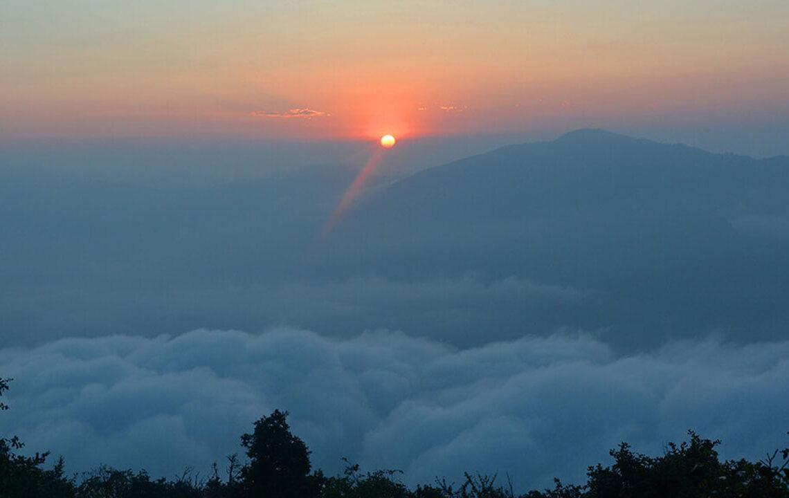 बादलसँग तस्वीर खिच्न हाँडीकोट