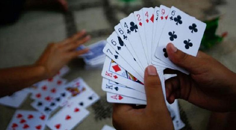 बर्दीमै तास खेलेका १४ प्रहरीलाई कारवाही