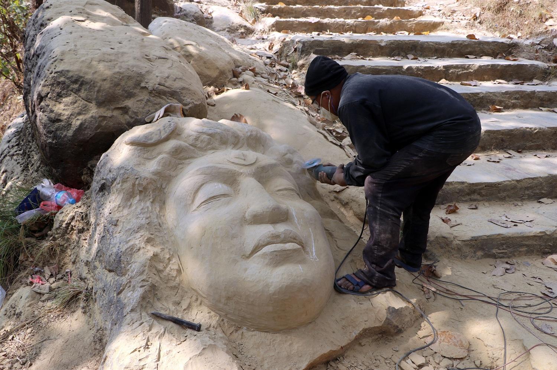 नवलपुरका धार्मिक वनको ढुङ्गामा कलात्मक आकृति