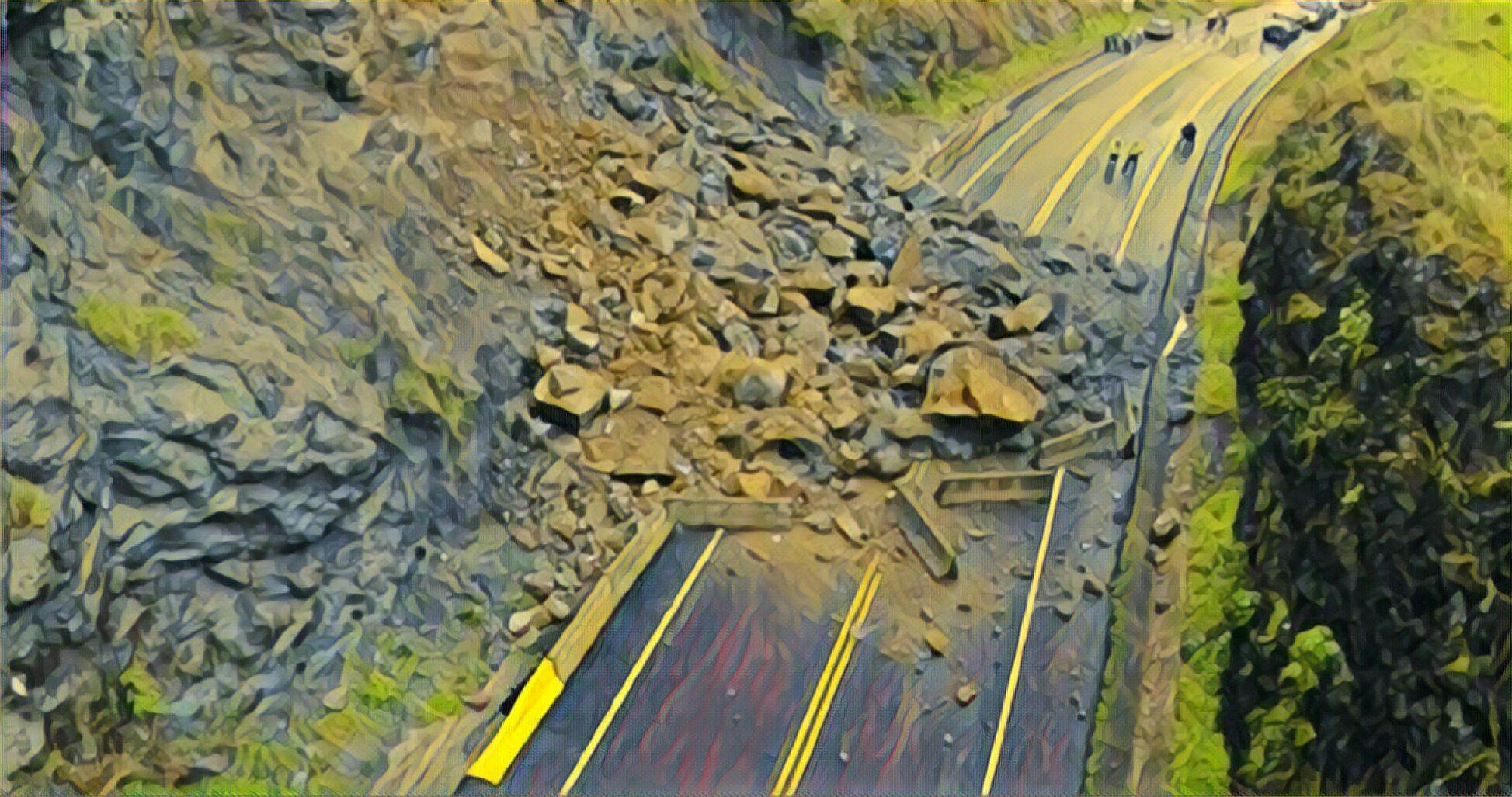 पर्वतको कुश्मा नगरपालिका–१ सहस्रधारामा पहिरो खस्दा मध्यपहाडी लोकमार्ग सडक अवरुद्ध